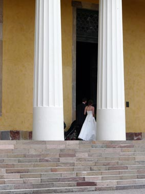Bride and groom by the pillars at Linneanum.